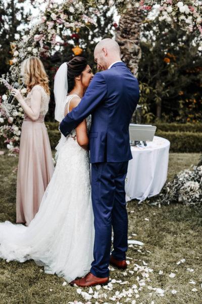 officiant ceremonie laique marrakech aria mariage baiser mariés